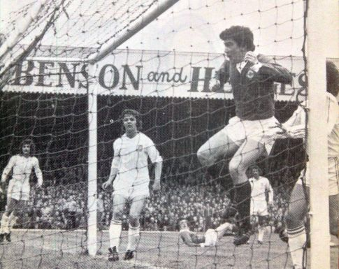 Severna Irska - Jugoslavija 1:0: Brajan Hamilton (tamni dres) postiže jedini gol, u pozadini su Luka Peruzović i Hadžiabdić