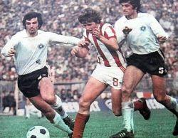 "Partizan - Crvena zvezda 1:1: Pižon Petrović (prugasti dres) u ""sendviču"" između dvojice protivnika"