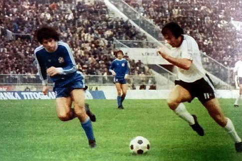Partizan - Dinamo 1:0: Sava Paunović (beli dres) u prodoru ka golu Dinama, prati ga Branko Devčić