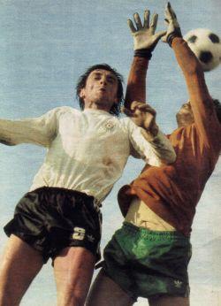 Partizan - Olimpija 1:0: Vazdušni duel Pavla Grubješiča (beli dres, Partizan) i čuvara mreže Ljubljančana Ljube Dalanovića