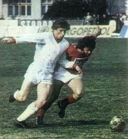 Velež - Sarajevo 5:0: Duel Safeta Sušića (levo, Sarajevo) i Džeme Hadžiabdića