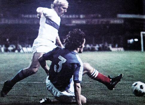 Jugoslavija - Italija 1:0: Džemal-Džemo Hadžiabdić (plavi dres) u duelu sa Lućijanom Rećekonijem