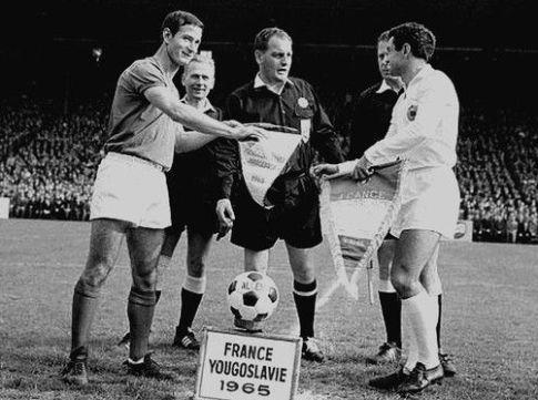 Kapiteni ekipa Marsel Arteleza i Milan Galić na centru terena, u sredini je glavni arbitar Danac Valdemar Hansen