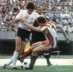 Partizan - Crvena zvezda 2:1: Duel Dževada Prekazija (beli dres, Partizan) i Staje Nikolića