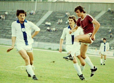 Sarajevo - Rijeka 1:0 (sleva): Nikica Cukrov, Zvijezdan Radin (obojica iz Rijeke) i Rade Savić