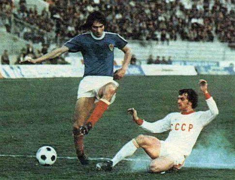 Prodor Ivice Šurjaka (plavi dres) ka golu Sovjeta