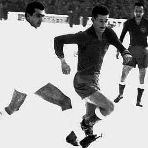 Igrač Partizana Miloš Milutinović u prodoru ka golu Reala u utakmici Kupa šampiona u sezoni 1955/56