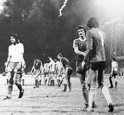Mario Bonić (Dinamo) čestita golmanu Ivanu Kataliniću (Hajduk) na pobedi