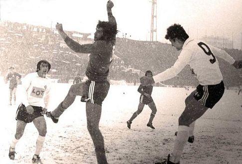 Parizan - Dinamo 3:0: Ivica Miljković (tamni dres, Dinamo) i Nenad Bjeković (desno) u borbi za loptu, epilog akcije iščekuje Borislav Đurović