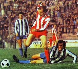 Mihalj Keri (crveno-beli dres, Zvezda) prolazi Janka Miročevića (Budućnost), u pozadini je Dragan Vujović