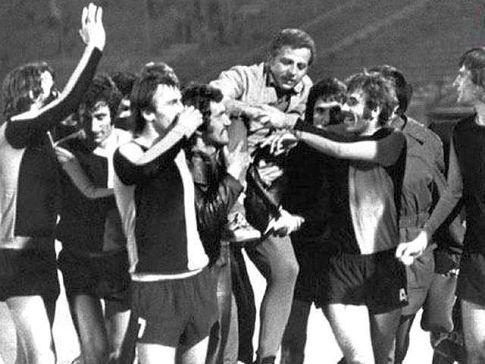 """Crvena zvezda - Čelik 0:1: Radost Zeničana nakon istorijske pobede na beogradskoj """"Marakani"""" (FOTO: nkcelik.co.ba)"""