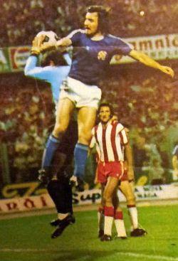 Drago Vabec (plavi dres, Dinamo) i golman Boško Kajganić (Zvezda) u vazdušnom duelu