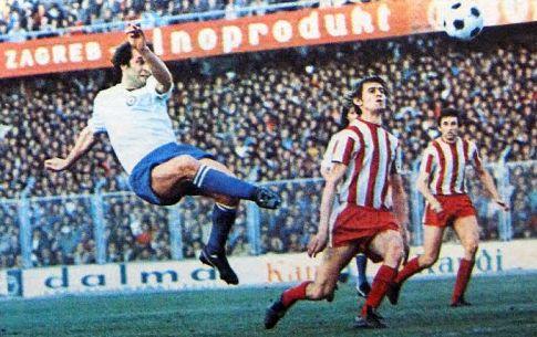 Hajduk - Crvena zvezda 1:0: Jurica Jerković (beli dres, Hajduk) šutira ka golu gostiju, akciju prate Zvezdini defanzivci Radivoje Ratković i Slavoljub Muslin