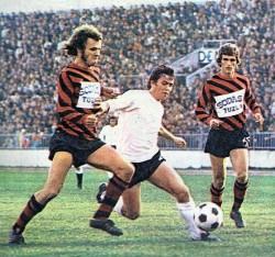 Rešad Kunovac (u sredini, Partizan) sa loptom, levo i desno su igrači Slobode Fuad Mulahasanović i Mersad Kovačević