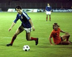 Česta scena na fudbalskim terenima sedamdesetih godina prošlog veka: Žungul majstorskim potezom zaobilazi protivnika, ovaj put je Holanđanin na travi