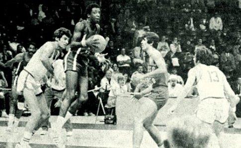 Jugoslavija - Portoriko: levo u belom dresu je Ćosić, desno sa brojem 13 - Plećaš