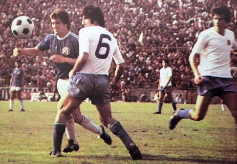 Duel Džemala Mustedanagića (plavi dres, Dinamo) i Ivana Buljana (Hajduk), desno je Ivica Šurjak