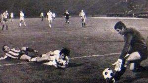 Crvena zvezda - Velež 1:0: Vahid Halilhodžić (beli dres, Velež) je pao u duelu sa Dragoslavom Stepanovićem, Mostarci su tražili najstrožu kaznu