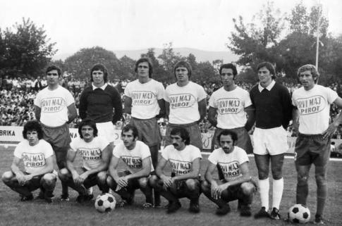 Generacija Radničkog koja je pronela slavu pirotskog fudbala. Prvi sleva čuči Milan Radović, do njega je Radovan Bošković.